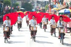 游行的,伞节日俏丽的妇女在泰国 图库摄影