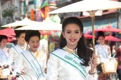 游行的,伞节日俏丽的妇女在泰国 免版税库存照片