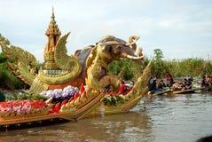 游行磨擦Bua节日(莲花投掷的节日)在泰国 免版税图库摄影