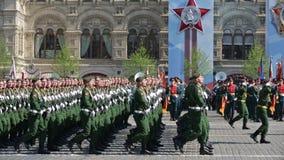 游行-礼仪3月排练红场的战士 股票录像