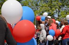 游行 许多人员 色的球在人民的手上 库存图片
