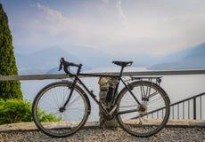 游览俯视科莫湖的自行车,意大利 库存图片