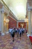 游览参观爱国战争的画廊的小组1812寸 库存图片