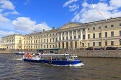 游览在俄国国立图书馆的背景的小船 的treadled 免版税库存照片