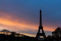 游览在日落的埃菲尔剪影 免版税库存图片