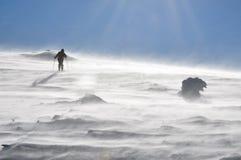 游览在美丽的冬天山的Backcountry滑雪者 免版税库存图片