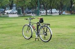 游览在草坪泰国的自行车 图库摄影