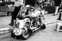 游览在街道边的摩托车 免版税库存图片