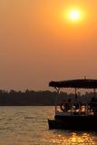 游览在赞比西河的小船日落 库存照片