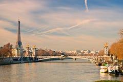 游览埃菲尔和Alexandre III桥梁,巴黎-法国 免版税图库摄影