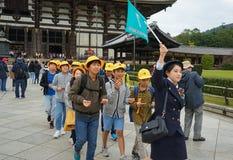 游览学校旅行的中国学生少年在佛教Todaiji Todai籍寺庙奈良日本 库存图片