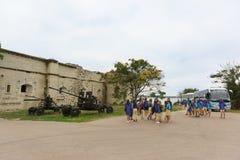 游览小组在博物馆Mikhaylovskaya沿海电池-在市的海岸的设防附近的少年塞瓦斯托波尔 库存照片