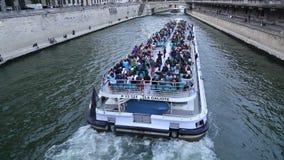 游览小船和Notre Dame在巴黎,法国 影视素材