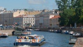 游览小船在一条Moika河移动在夏日 免版税库存图片