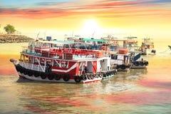游览小船在孟买市,印度海岸  免版税图库摄影