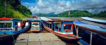 游览小船在湄公河的岸在琅勃拉邦,老挝 库存图片