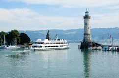 游览小船在Lindau把港口留在 免版税库存图片
