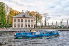 游览小船的人们 庭院夏天 圣彼德堡 免版税库存照片