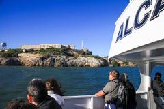 从游览小船的旧金山阿尔卡特拉斯岛 图库摄影