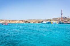 游览小船蓝色盐水湖 库存照片