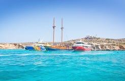 游览小船蓝色盐水湖 图库摄影