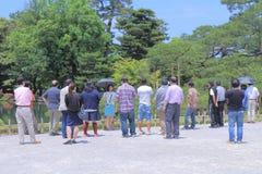 游览小组在Kenrokuen庭院今池里 免版税库存图片