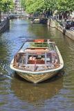 游览有游人的小船运河的,阿姆斯特丹,荷兰 免版税库存图片