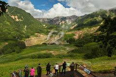 游览的游人在喷泉著名谷  克罗诺基火山在堪察加半岛的自然保护 库存图片