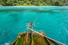 从游览的船尾的照片在公鸡的搜寻海岛缅甸, 免版税图库摄影
