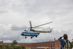 游览直升机MI-8从站点离开在彼得和保罗堡垒附近在圣彼德堡 图库摄影