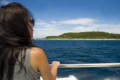 游览船或轮渡的可爱和愉快的亚裔中国妇女看海洋和海岛享用海风的暑假 图库摄影