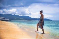 游览船或轮渡的可爱和愉快的亚裔中国妇女看海洋和海岛享用海风的暑假 免版税库存照片
