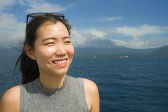 游览船或轮渡的可爱和愉快的亚裔中国妇女看海洋和海岛享用海风的暑假 库存照片