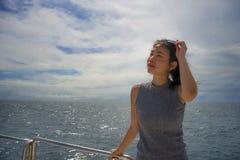 游览船或轮渡的年轻可爱和愉快的亚裔中国妇女享用在暑假海船旅行的海风 免版税图库摄影