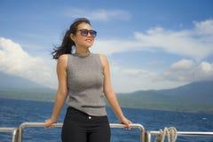 游览船或轮渡的年轻可爱和愉快的亚裔中国妇女享用在暑假海船旅行的海风 库存图片