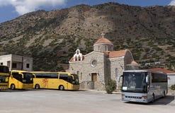 游览车和一个教会在克利特,希腊 免版税库存图片