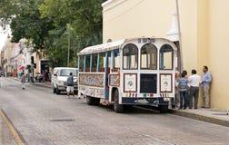 游览车在梅里达,尤加坦墨西哥 免版税库存照片