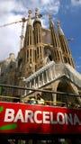 游览车在Sagrada Familia,西班牙附近的巴塞罗那 免版税图库摄影