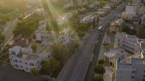 游览车驾驶在城市街道上的,在海滨胜地,鸟瞰图的房地产 影视素材