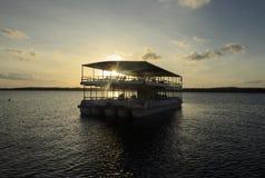 游览运输在航行游览中的人在普腊亚中水域做Jacare海滩的小船 免版税库存图片