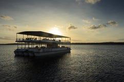 游览运输在航行游览中的人在普腊亚中水域做Jacare海滩的小船 库存照片