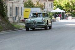 游览1956年在集会Mille Miglia的一辆老赛车的阿尔法・罗密欧1900 C超级SPRINT 2017年 库存照片