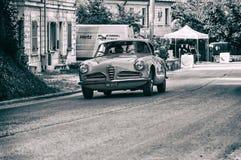 游览1956年在集会Mille Miglia的一辆老赛车的阿尔法・罗密欧1900 C超级SPRINT 2017年 免版税库存照片