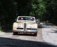 游览1942年在集会Mille Miglia 2017的一辆老赛车的阿尔法・罗密欧6C 2500 S敞蓬车著名意大利历史种族19 免版税库存照片