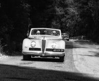 游览1942年在集会Mille Miglia 2017的一辆老赛车的阿尔法・罗密欧6C 2500 S敞蓬车著名意大利历史种族19 免版税图库摄影