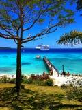 游轮停泊了一个热带天堂海岛 库存图片