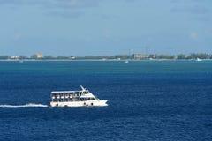 游轮加勒比人引诱人的女人在开曼群岛 免版税库存图片