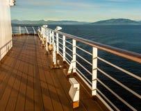 游轮口岸甲板和栏杆在黄昏,在段落里面,BC,加拿大 免版税图库摄影