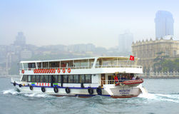 游轮和伊斯坦布尔宫殿 免版税库存图片