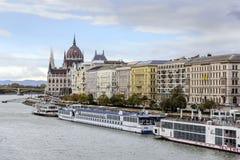 游轮和多瑙河全景在布达佩斯 库存图片